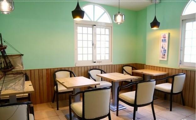 营造出美式乡村风格的大家庭的起居室的效果.
